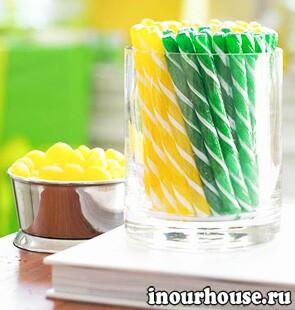 Новогоднее оформление дома в зеленых и желтых тонах
